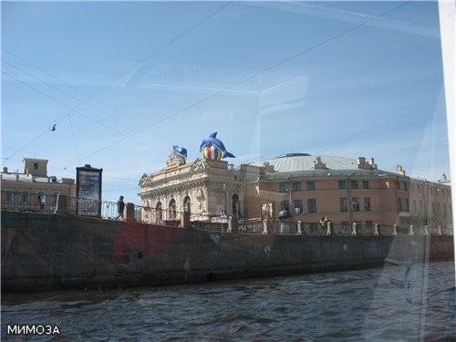 Здание Петербургского цирка - сегодня там начинается новая программа - водное шоу, поэтому и дельфи...