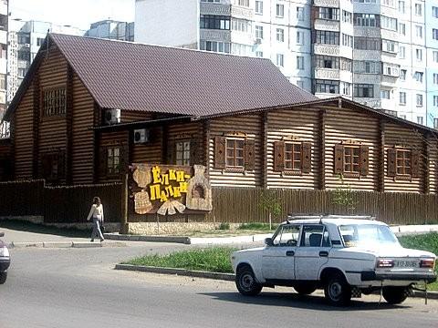 Деревенский домик, который затерялся среди многоэтажек