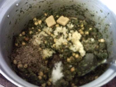 высыпать приправы,семена укропа,соль,и кубики магги,и жарить помешивая 2-3 минуты варёный сумаг,ост...