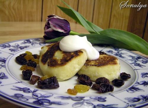 А у нас на завтрак Сырники с изюмом и сушенной вишней