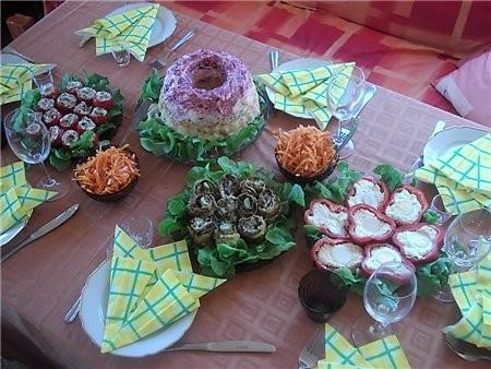 девочки покажу вам стол с дня рождения дочери, рецепты в основном все с сайта Ирины-джаз помидорки...