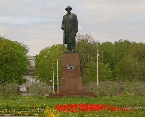 (памятник Мичурину)