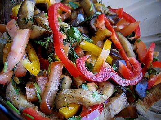 Я потихоньку осваиваюсь на новом месте вот несколько салатиков -баклажаны,помидоры,перцы,кинза сала...