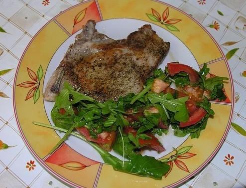 Жареная свинина с салатом из помидоров, рукколы и петрушки (купила в турецком магазине огромный пуч...