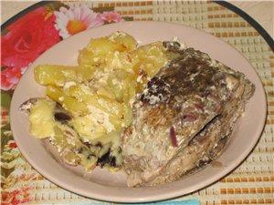 Карп запеченный по-московски Карп внутри я проверял На сковороду налить сметенного соуса, положить... - 2