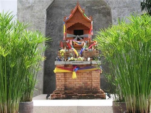 перед каждым тайским зданием сотят небольшие симпатичные домики,там живут духи,домик духов похож на...