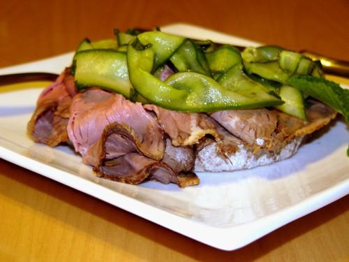 Бутерброд с ростбифом и маринованным огурцом темный хлеб майонез ростбиф огурец 1/4 чашки рисового...