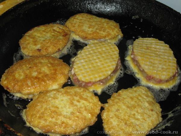 5) жарить на разогретой и смазанной подсолнечным маслом сковородке