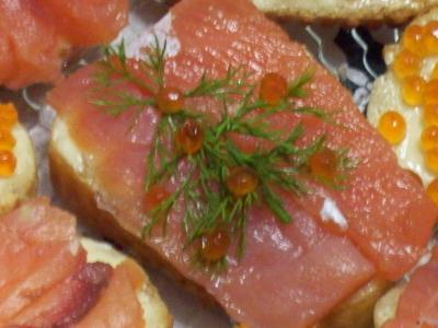 ОТСЮДА ЁЛОЧКА ИЗ УКРОПА И ИКРЫ Помещаю оформление бутерброда из семги