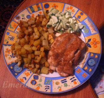 А сегодня на ужин у нас были куриные грудки в панировке с хрустящей картошечкой