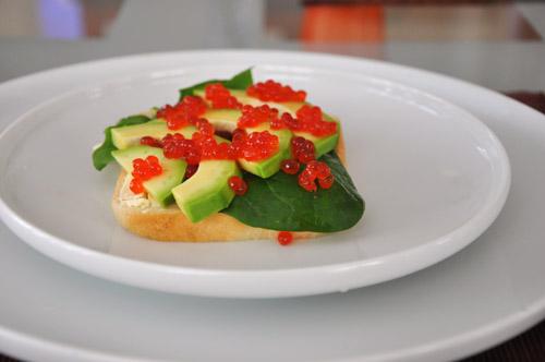 такими изящными бутербродами мы завтракали 31ого декабря Бутерброды с авокадо, шпинатом и икрой Над... - 2