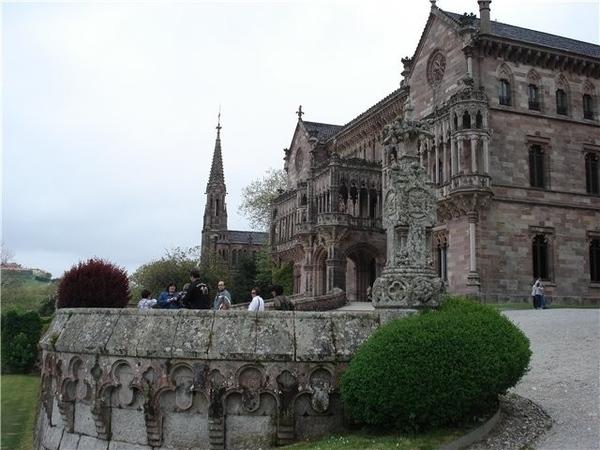 Потом мы въехали в город и посмотрели Дворец Собрельяно Это родовое поместье маркизов de Comillas В... - 2