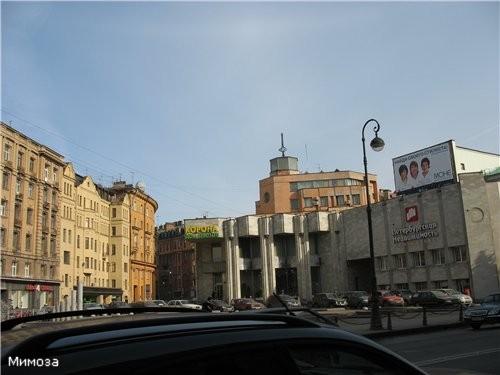 Здесь от Каменноостровского проспекта отходит Малая Посадская улица - вдали полукруглое здание