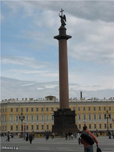 Теперь на фоне здания Главного штаба