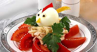 Салат простенький - курятина и макароны, а из яйца сделан обычный Петушок, но обращаю ваше внимание...