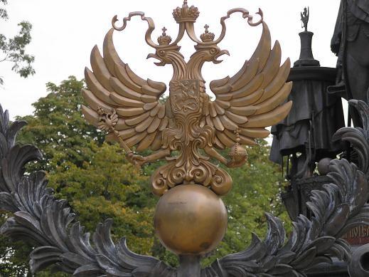 Ворота перед памятником - 2