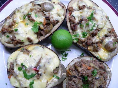 Баклажаны в духовке Внутри лодочек фарш, лук, грибочки,зелень, сверху сыр