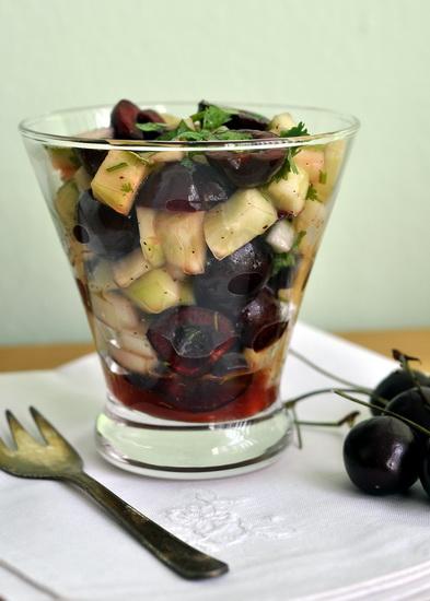 Салат из огурцов и черешни