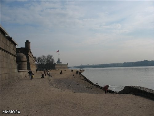 Знаменитый пляж Петропавловской крепости - летом здесь полно купающихся