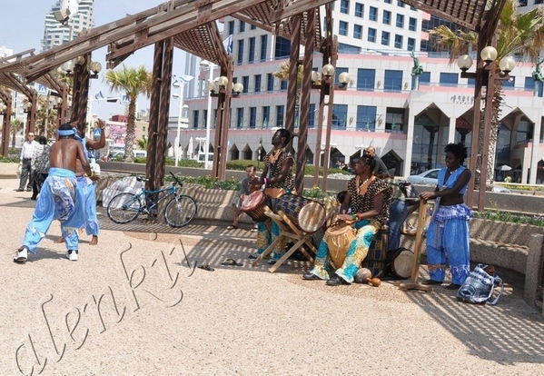Здесь бродячие артисты развлекают своим африканским фольклером проходящих по набережной отдыхающих... - 6