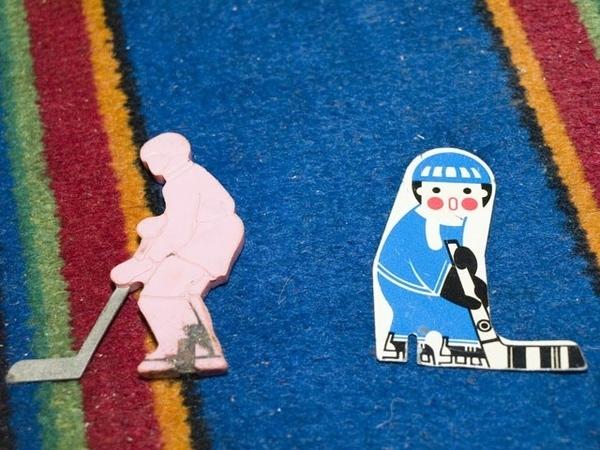 только что нашла в интернете фото фигурок хоккеистов из советского настольного хоккея, как у моих р...