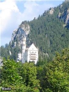 Прекрасный сказочный замок наxодится у нас в Аллгое, в городе Фьссен- замок короля Людовика, на вер...