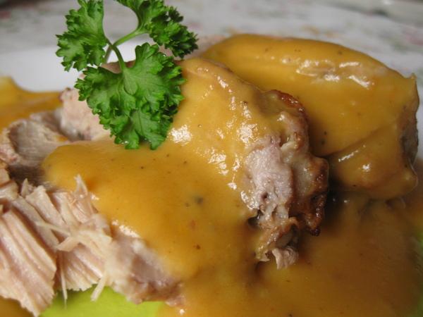 Телятина под бархатным сметанно-овощным соусом