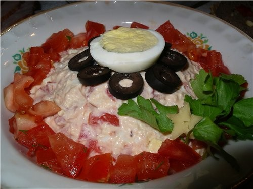 """Салат """"Петушок"""" : Вареная курочка+ сыр+ помидор+ яйцо + майонез Да это моя импровизация к рецепту И..."""