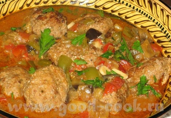 Турецкое блюдо из мясных котлет на овощах в оливковом масле