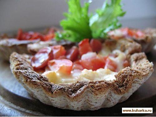 хлебные корзинки с сыром,колбасой и помидорами