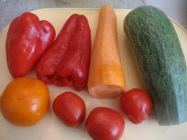 Тем временем, подготавливаем овощи: болгарский перец, кабачок цукини, морковь и помидоры