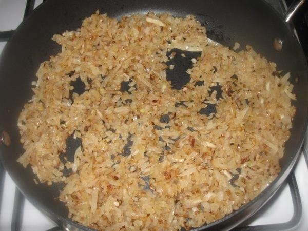 Помещаем фасоль в кастрюлю, заливаем водой и отвариваем до готовности, посолив по вкусу - 4