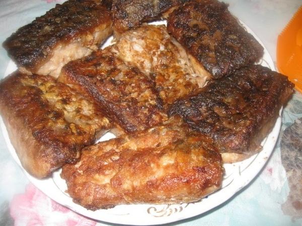 Жареную рыбу выкладываем на тарелку или блюдо 1 слоем и поливаем (практически выкладываем) слой кип...