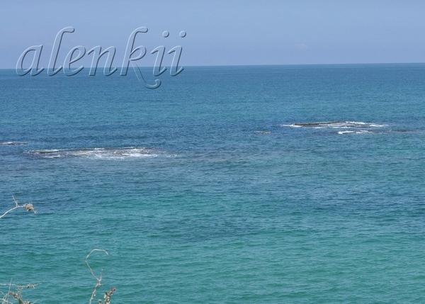 Стоя на вершине ракушечной скалы, обозреваем захватывающие картины моря и островков, волн и побереж...