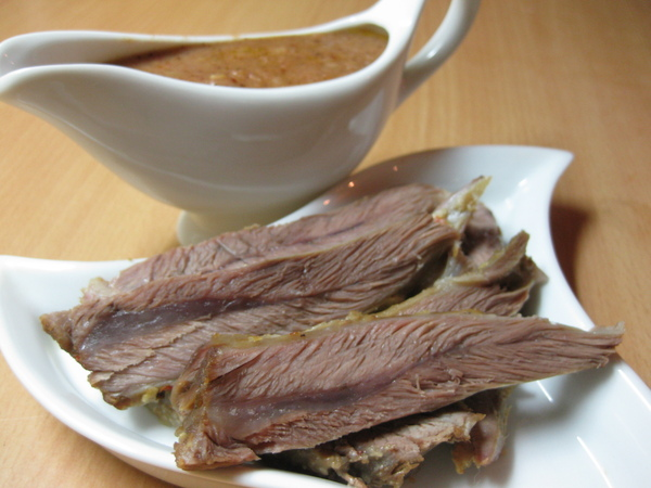 Запеченная баранина с луковым соусом