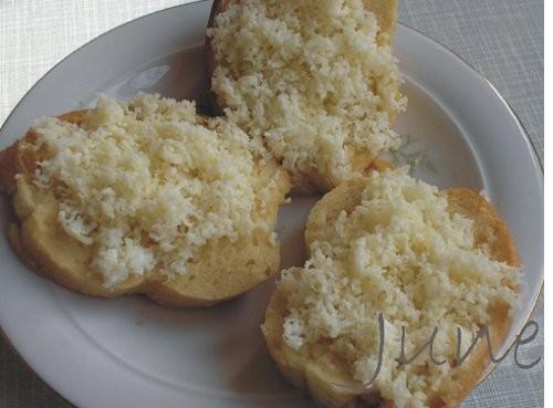 Гренки по-немецки Выдать: 2 яйца, 2 ложки молока, 1/8 фунта голландского сыра, 1/8 фунта чухонского... - 2