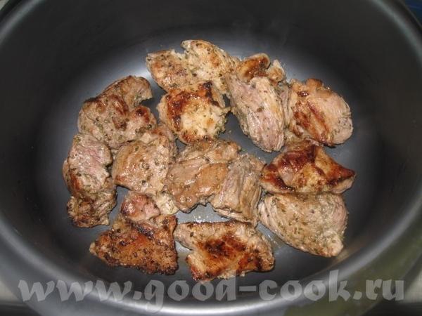 Промариновавшееся мясо обжариваем небольшими порциями быстро на сильном огне на сковороде до зарумя... - 3