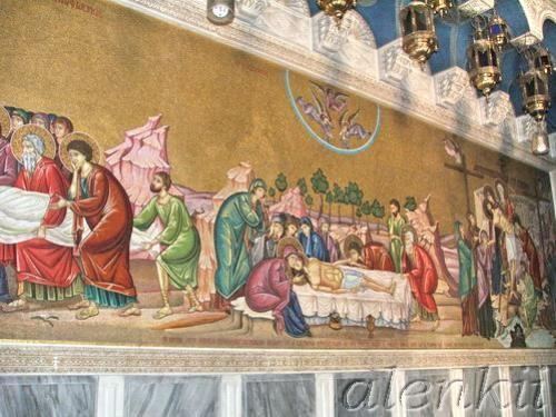 Войдя в храм, оказываемся в темном зале, где на полу лежит Камень Помазания – плита, на которой омы... - 6