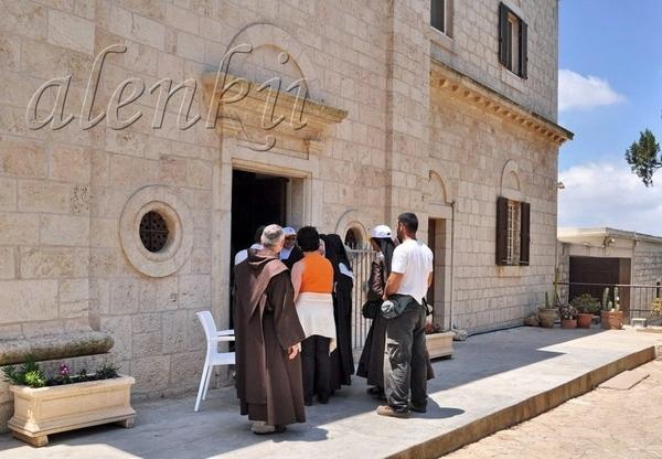 К церкви потянулись монахи и паломники - 3