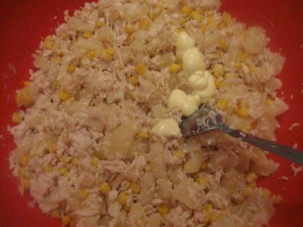 К мясу с кукурузой добавляем ананасы и мелко нарезанный лук - 3