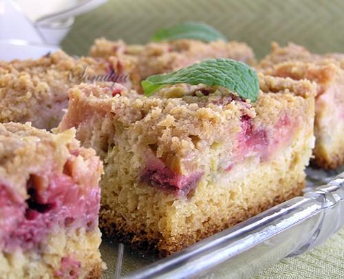 В меру сладкий пирожок с приятной ревеневой кислинкой