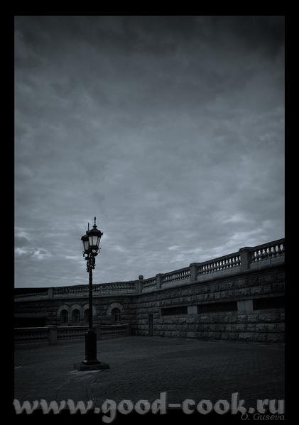 Уже нсеколько часов ищу извилистую улочку города с каменной кладкой, архитектурой и фонарями