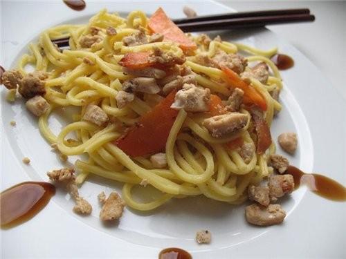 я из Таиланда привезла устричный соус-в планах был жареный рис,но мне попалась лапшичка ,у нас в Ро...