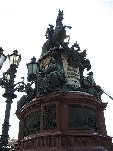 Вид на памятник снизу