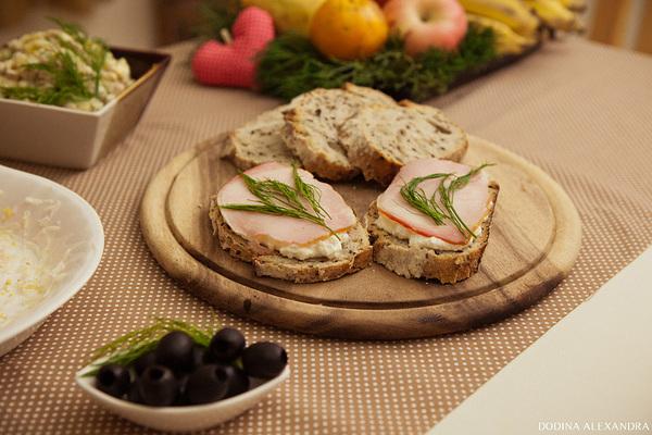 Бутерброды с домашней рикоттой, ветчиной и укропом