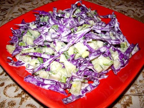 Салат из красной капусты Ѕ маленького кочана красной капусты 2 пера зелёного лука 2 пера зелёного ч...