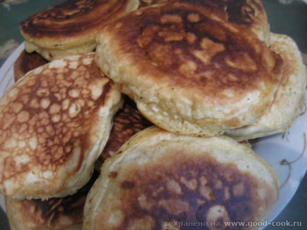 Постепенно добавляем муку и замешиваем тесто на оладьи - 4