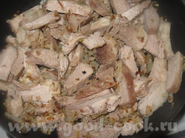 Добавляем кусочки мяса и немного обжариваем вместе с луком - 2