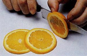 Нарезанные кружочки апельсина толщиной около 2-х мм надо аккуратно надрезать по радиусу точно до це... - 2