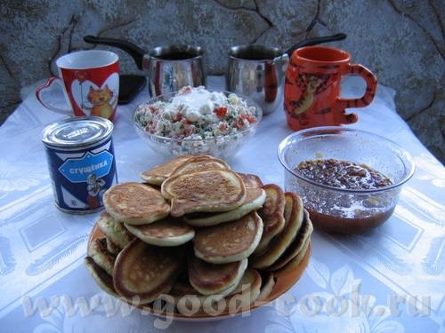 """сегодня завтрак был таким: """"салат"""" из творога с помидорами (или огурцами) и зеленью и оладушки не о..."""